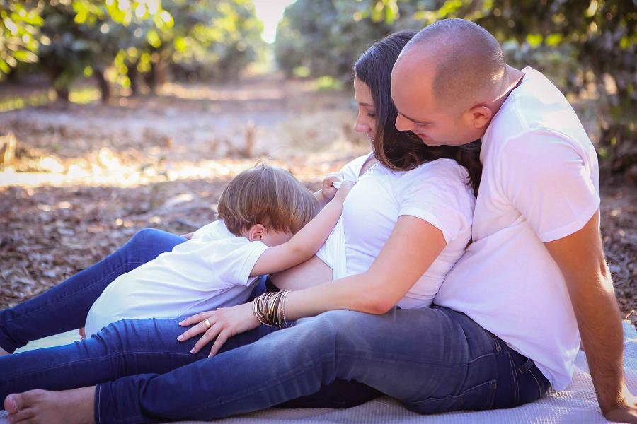 צילומי הריון עם המשפחה בטבע