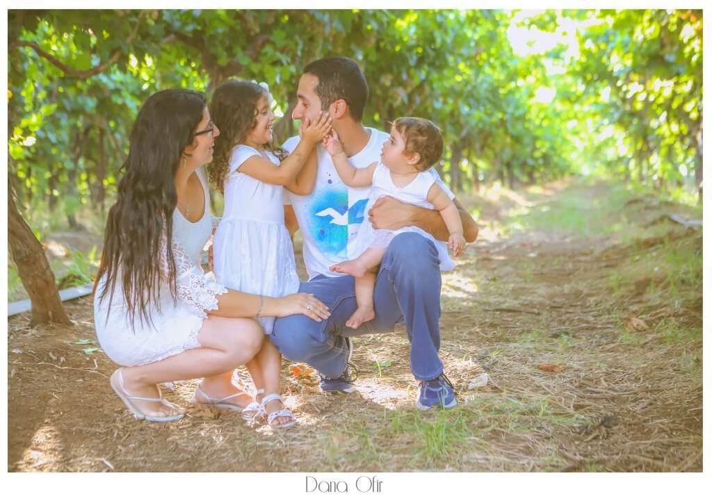 משפחה מצטלמת באוגוסט בטבע - דנה אופיר